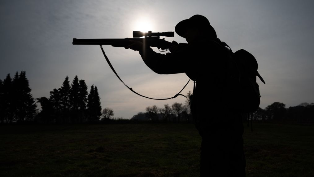 Jägerin mit Büchse (Symbolbild)