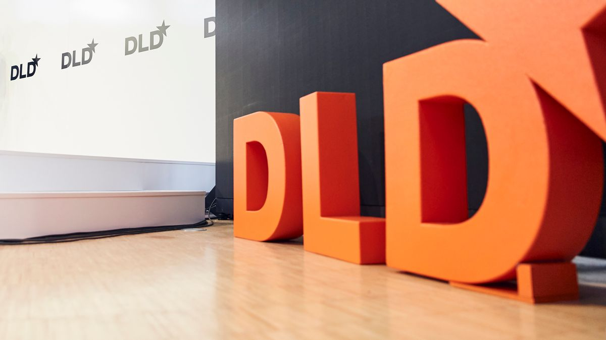 Kleine Bühne der DLD in München mit DLD-Logo
