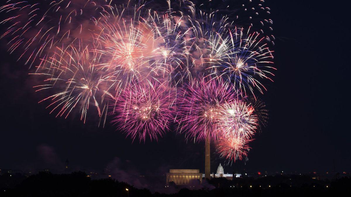 Ein Feuerwerk explodiert über dem Lincoln Memorial, dem Washington Monument und dem Kapitol.