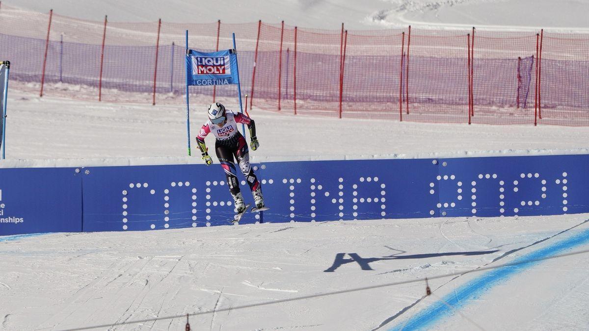 Skifahrerin vor Werbebanner für Ski-WM 2021