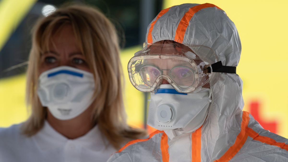 DRK-Mitarbeiter an einer Teststation