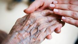 Eine Pflegerin hält die Hand einer alten Dame | Bild:dpa-Bildfunk/Christophe Gateau