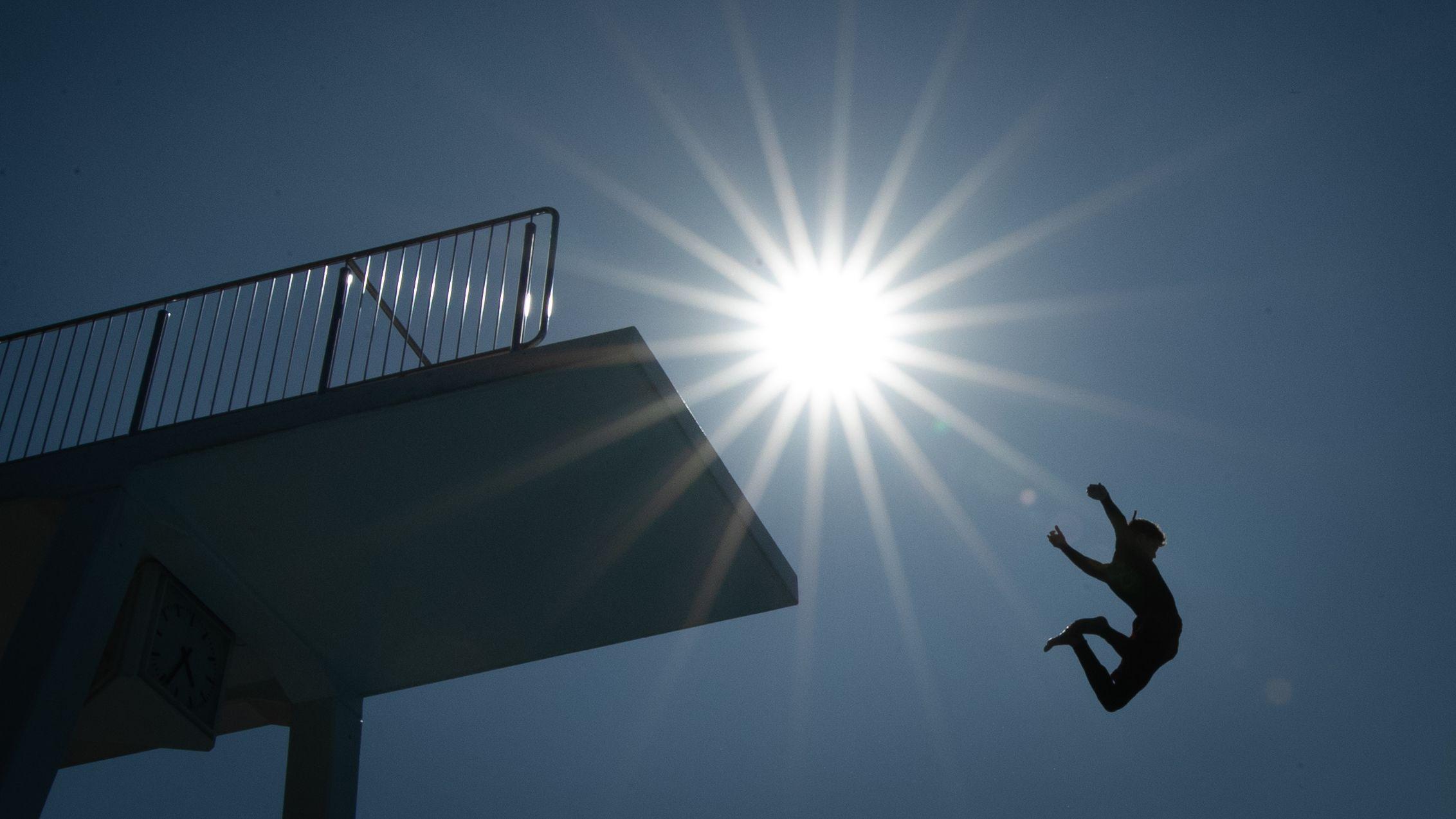 Badegast springt vom Zehn-Meter-Turm in Freibad