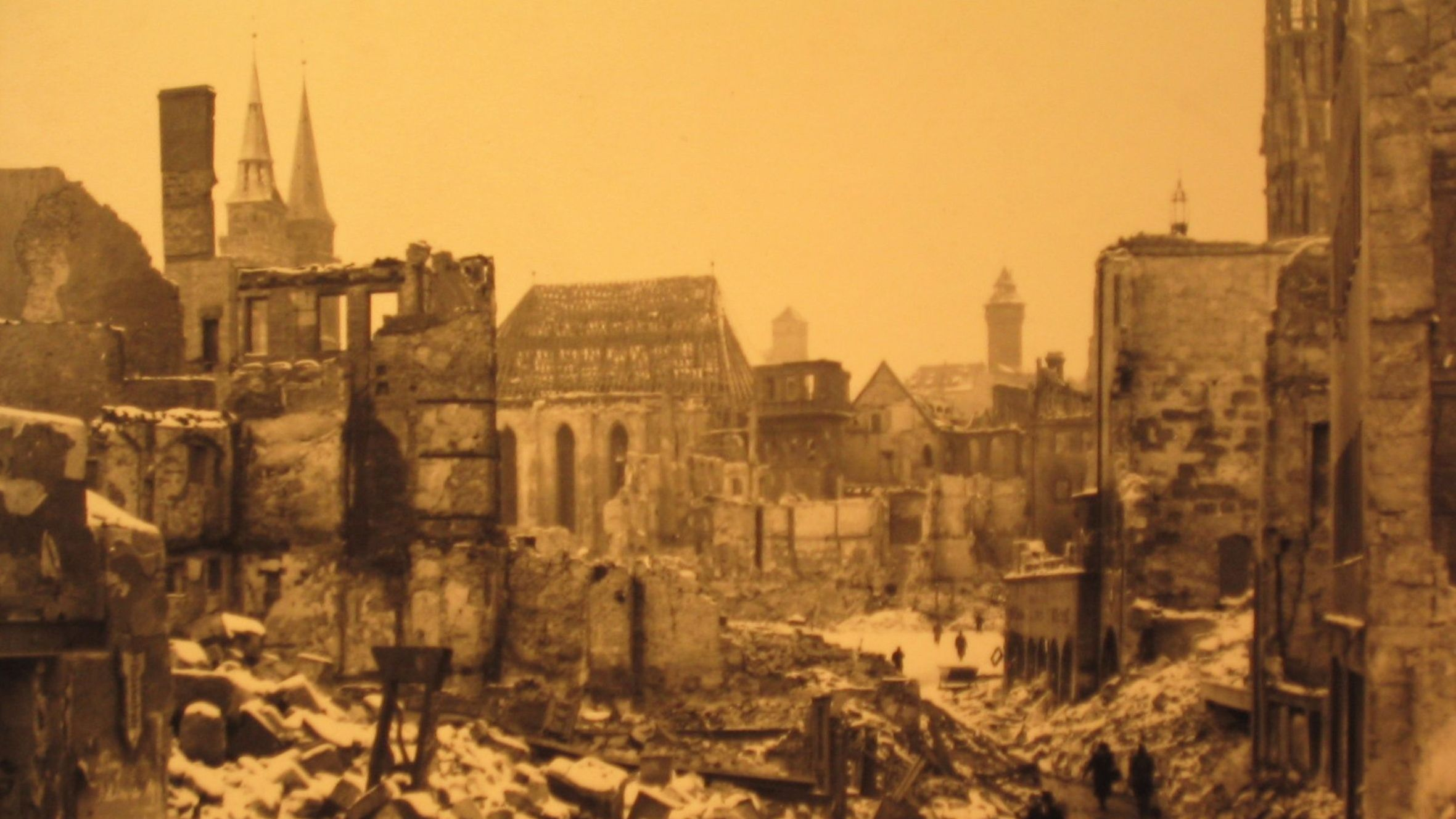 Menschen gehen durch die zerstörte Nürnberger Altstadt