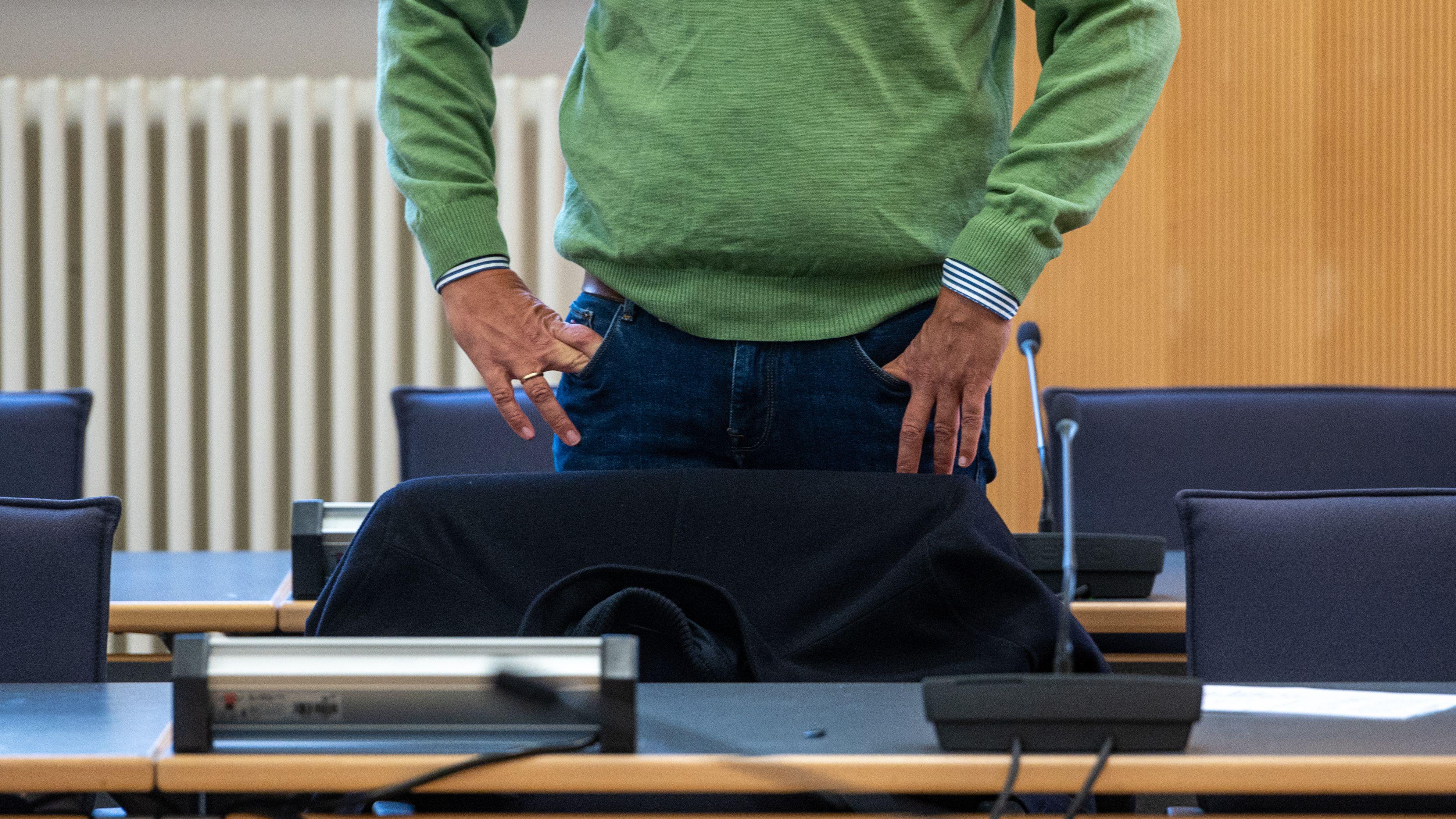 Der frühere Geschäftsführer der Firma Bayern-Ei steht  im Landgericht. Im Salmonellenskandal geht es um eine mögliche Todesfolge
