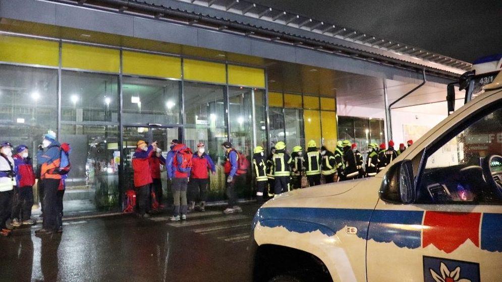 Einsatzkräfte von Feuerwehr, Bergwacht und Rettungsdienst waren an der  Suchaktion nach dem Jungen in Neureichenau beteiligt.