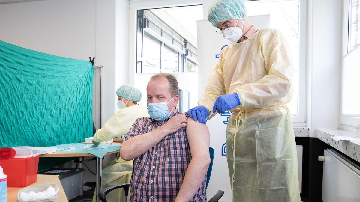 Impfung durch einen Arzt im Impfzentrum.