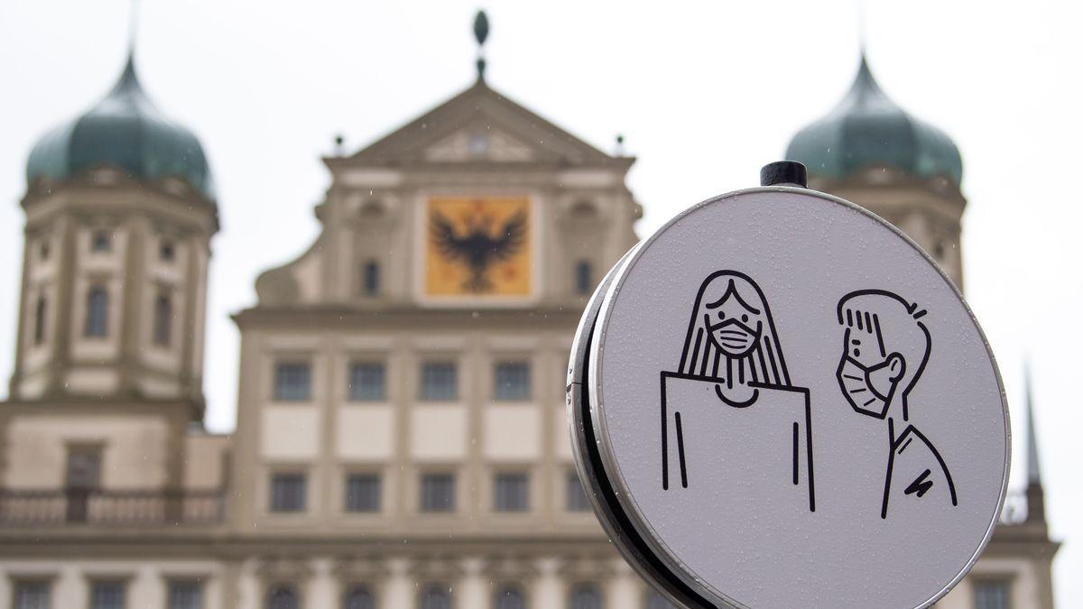 Mundschutz-Schild vor dem Augsburger Rathaus