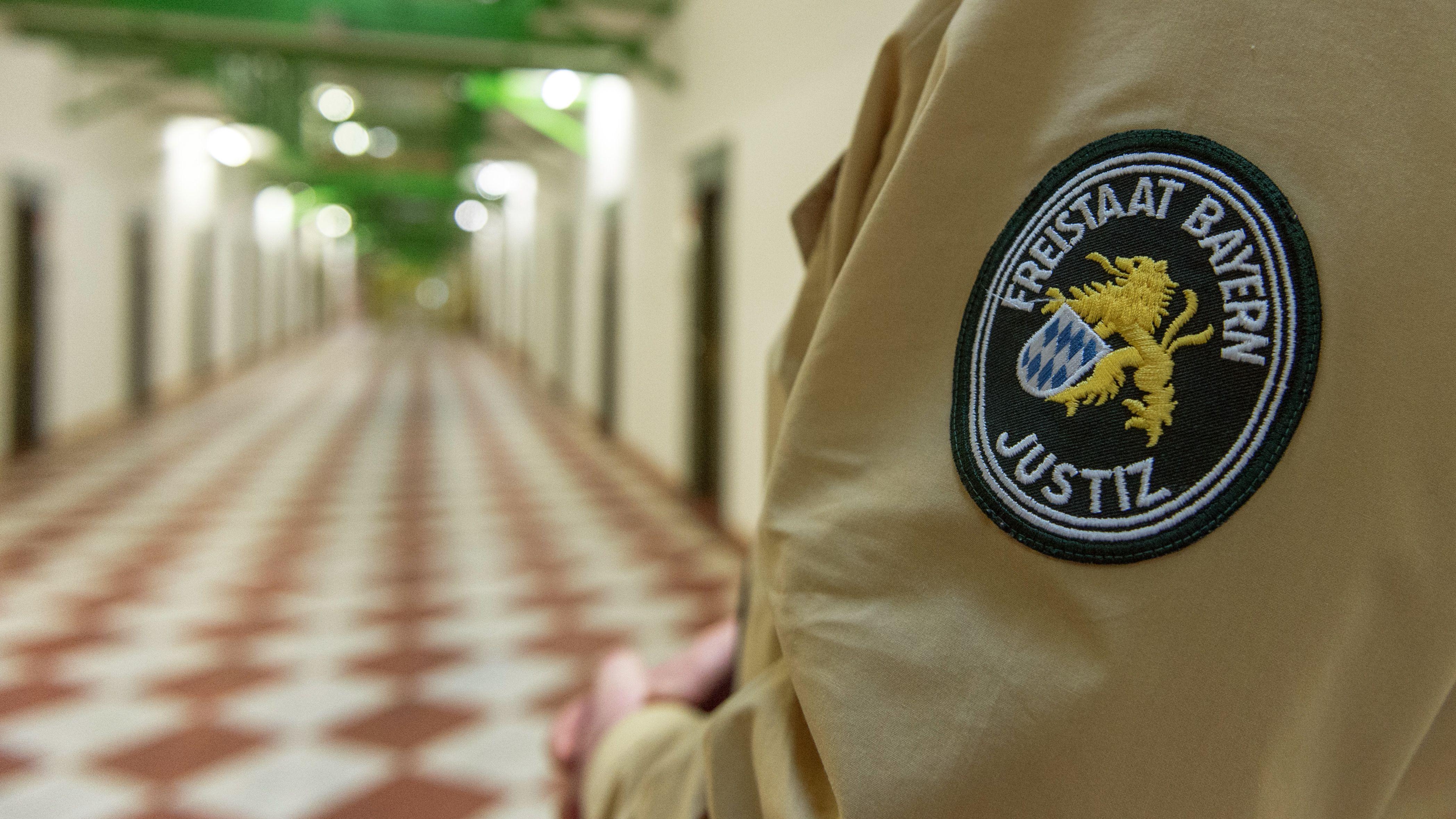 Das Abzeichen der bayerischen Justiz auf der Uniform eines Justizbeamten, aufgenommen am 19.11.2012 in der JVA Straubing