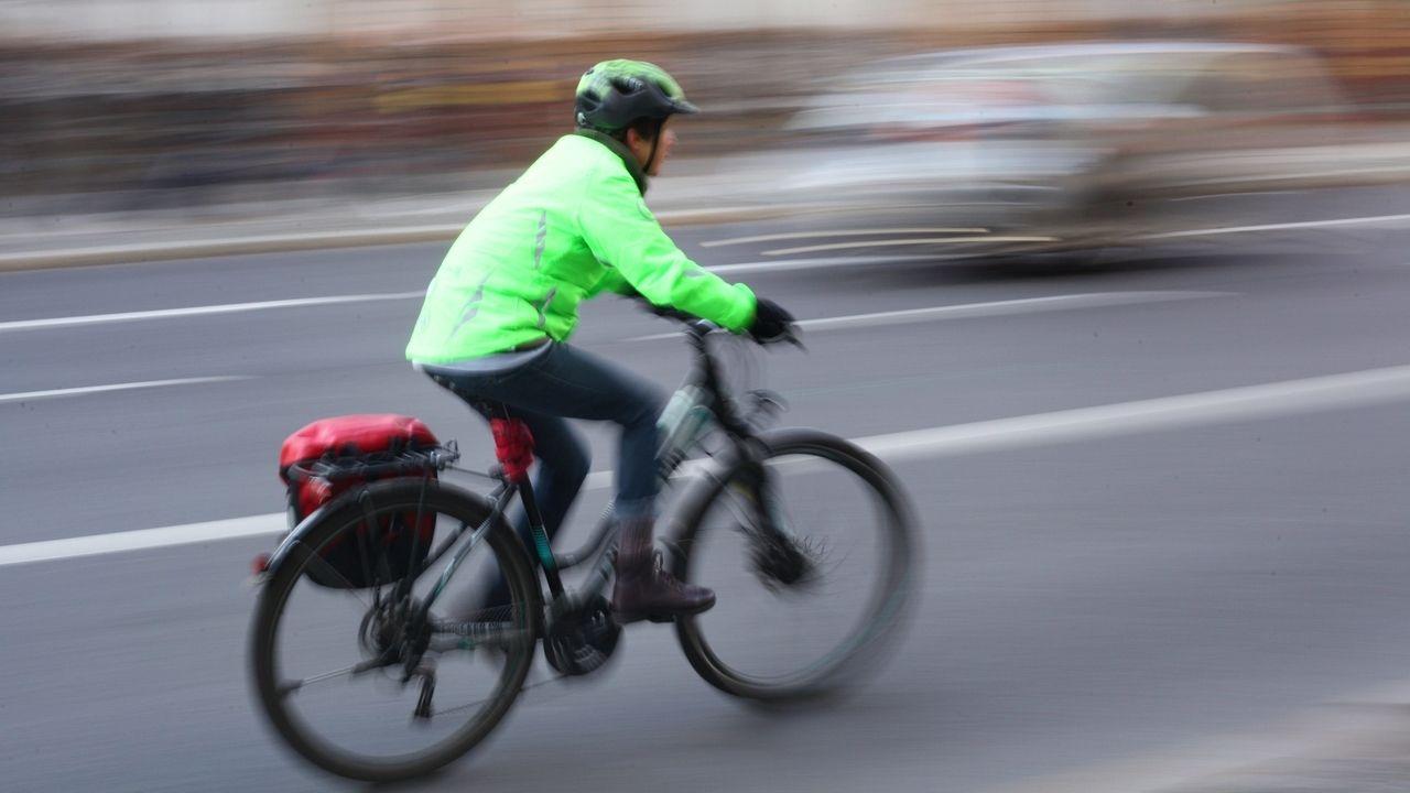 Radfahrer fährt auf einer Straße