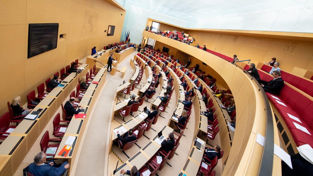 Ministerpräsident Söder hält bei einer Plenarsitzung im bayerischen Landtag am 19.03.20 eine Corona-Regierungserklärung.