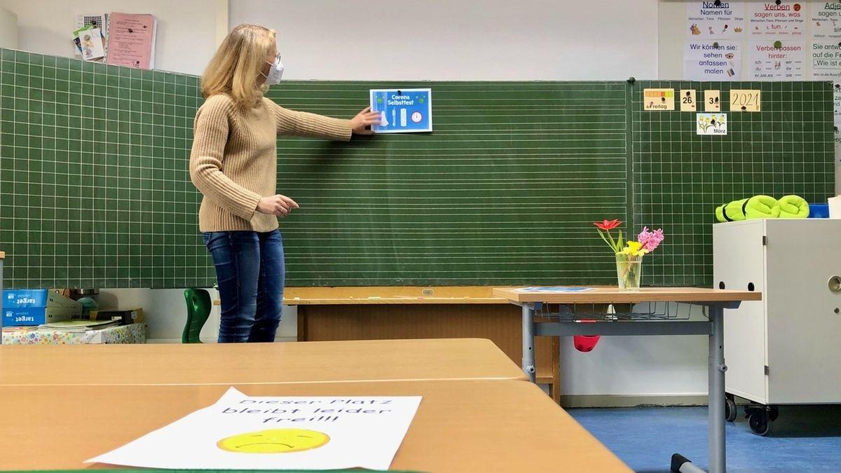 Lehrerin Pia Preuß erklärt ihrer Klasse, wie die Selbsttests funktionieren.