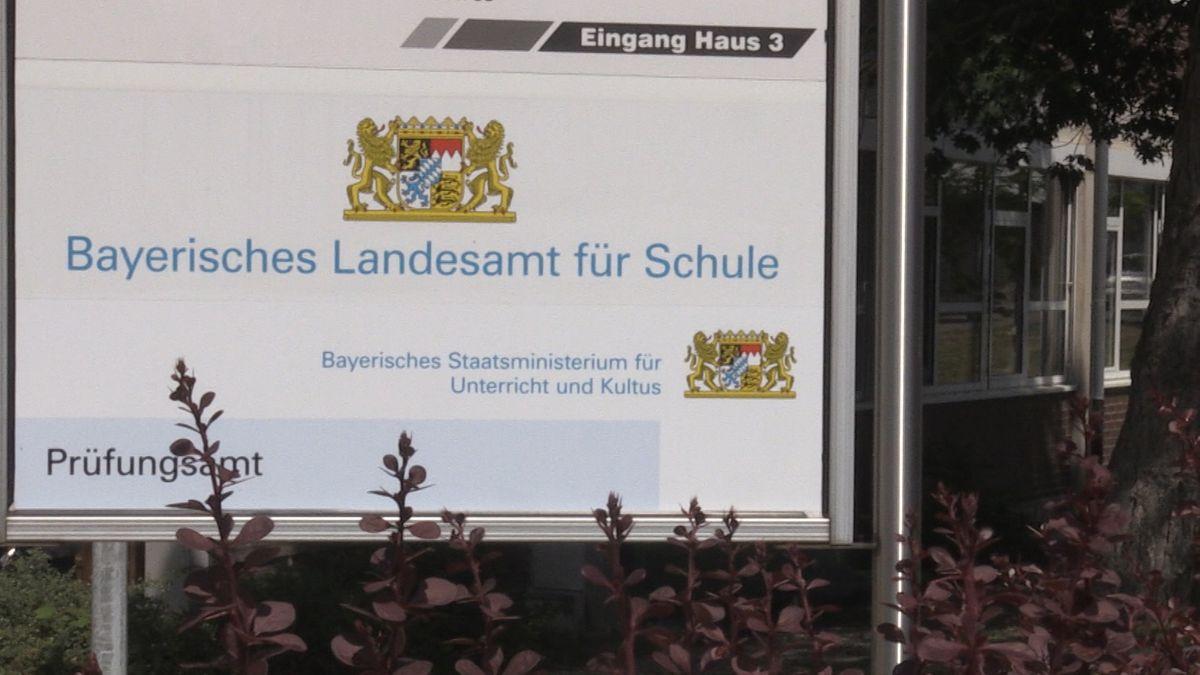 Eingangsschild des bayerischen Landesamts für Schule in Gunzenhausen