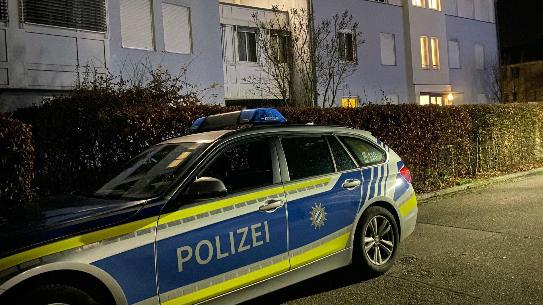 Einsatzfahrzeug der Polizei vor dem Gebäude, in dem die Tote entdeckt wurde