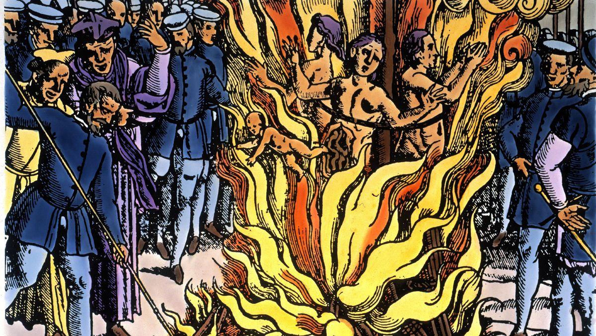 Ein neu kolorierter Holzschnitt von circa 1580 zeigt drei Frauen, die lebendig verbrannt werden. Ein Kind wird ins Feuer zurückgestoßen.