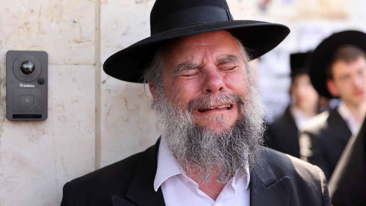 Ein ultraorthodoxer Jude trauert bei einer Beerdigung eines Rabbiners, der bei der Massenpanik anlässlich von Lag B'Omer ums Leben gekommen war