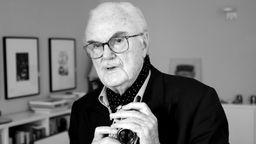 Ein betagter Mann mit Kamera   Bild:dpa-Bildfunk/Axel Heimken