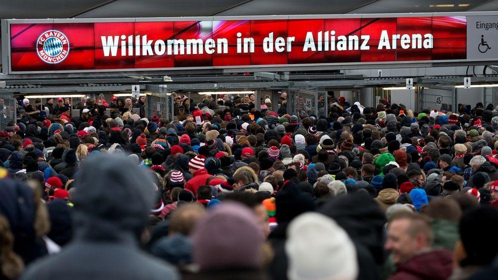 Einlasskontrollen vor der Münchner Allianz Arena | Bild:picture-alliance/dpa