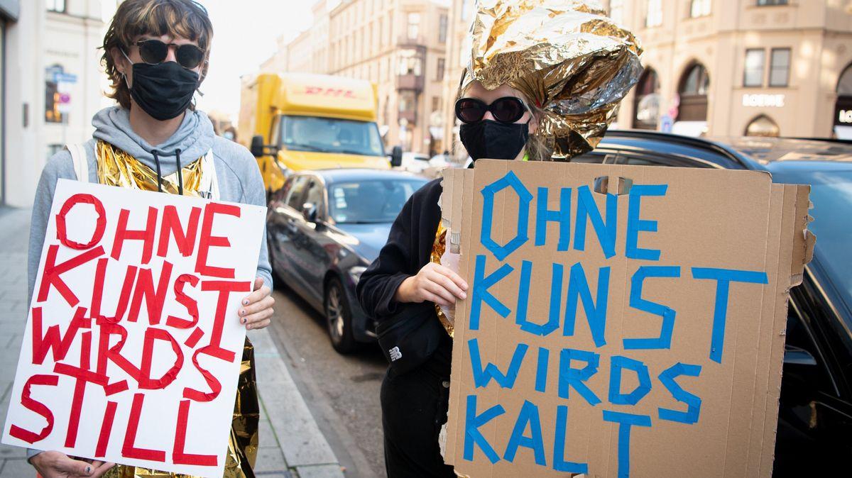 Mitarbeiter der Münchner Kammerspiele mit Transparenten