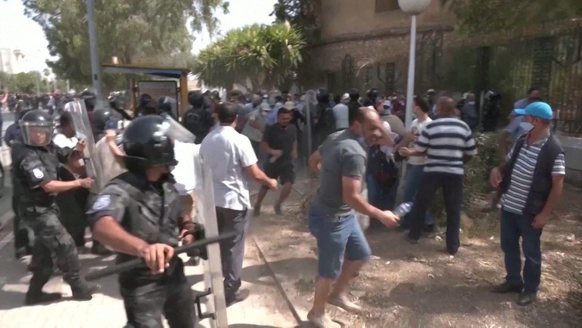 Demonstranten und Sicherheitskräfte vor dem Parlament