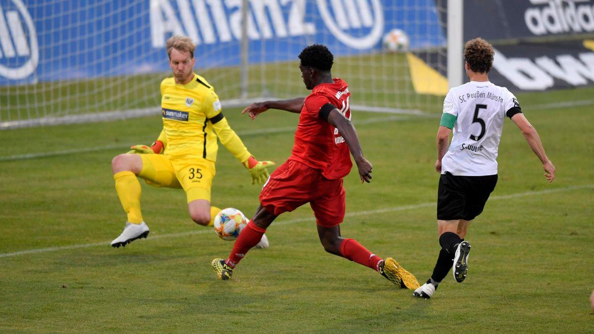 Kwasi Okyere Wriedt (FC Bayern II) bei seinem Torschuss zum 3:2 Siegtreffer