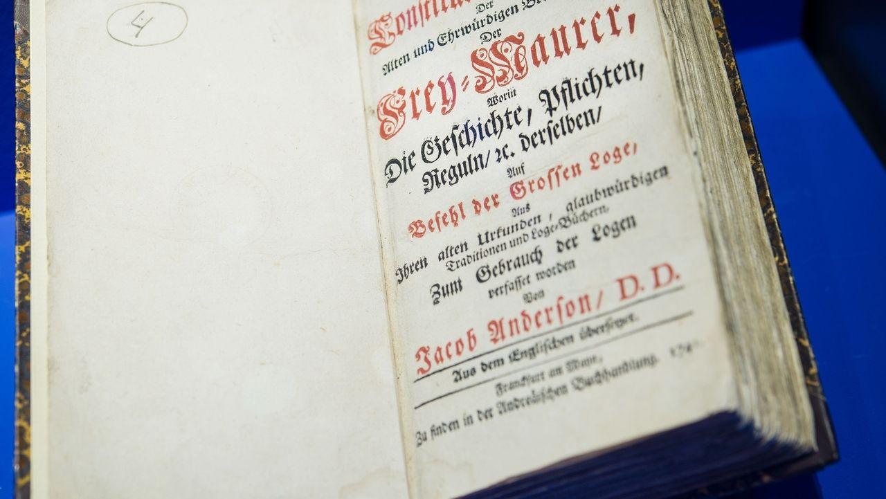 Ein altes Buch mit altdeutschen Schriftzeichen.