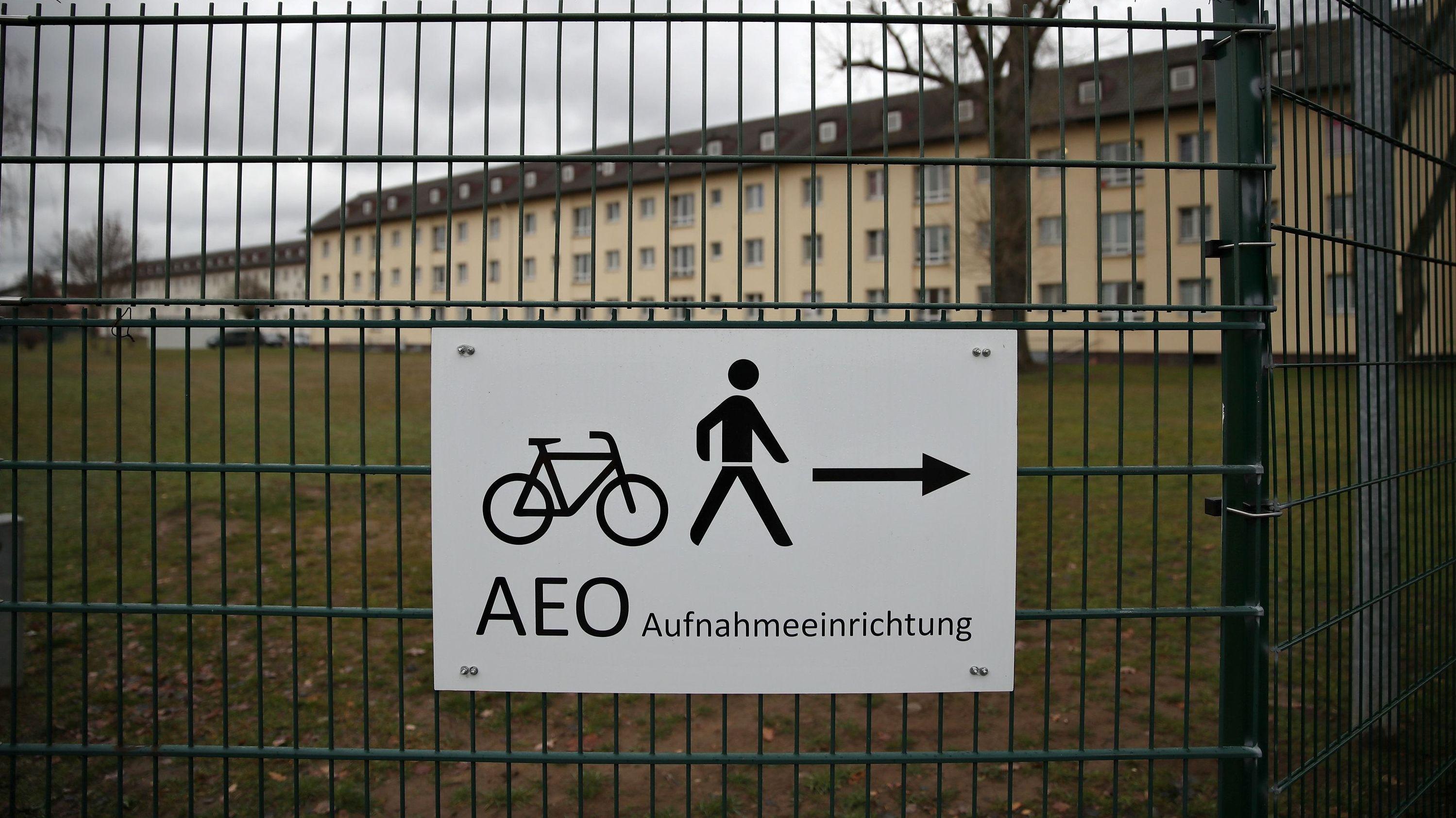 Hinter einem Zaun ist das Ankerzentrum Bamberg für Flüchtlinge zu sehen.
