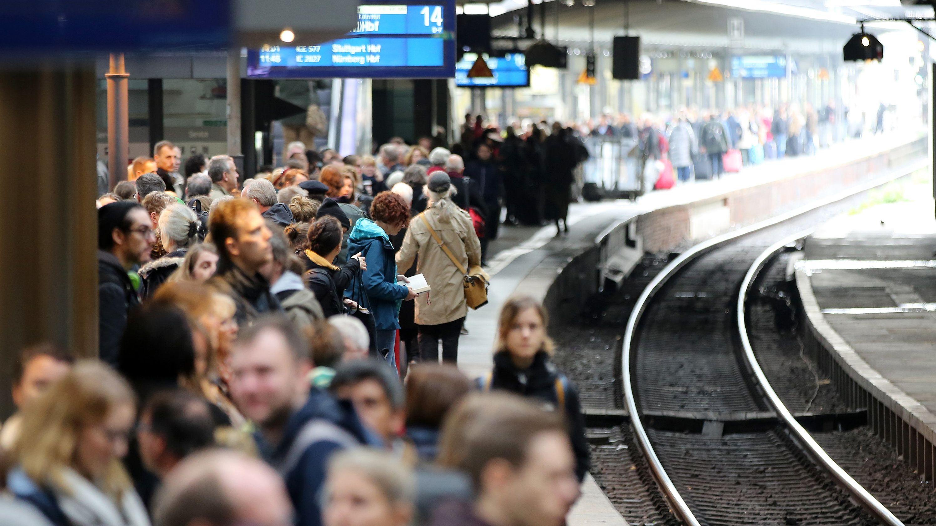 Fahrgäste warten auf einen Zug am Bahnhof Hamburg