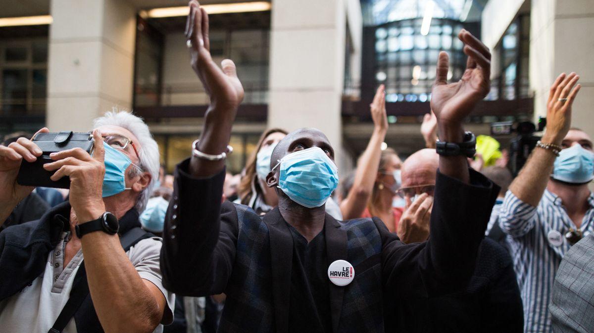 Frankreichs Premierminister Edouard Philippe gewinnt die Bürgermeisterwahl in Le Havre. Er ist der Mann im Zentrum mit der Maske, der jubelt.