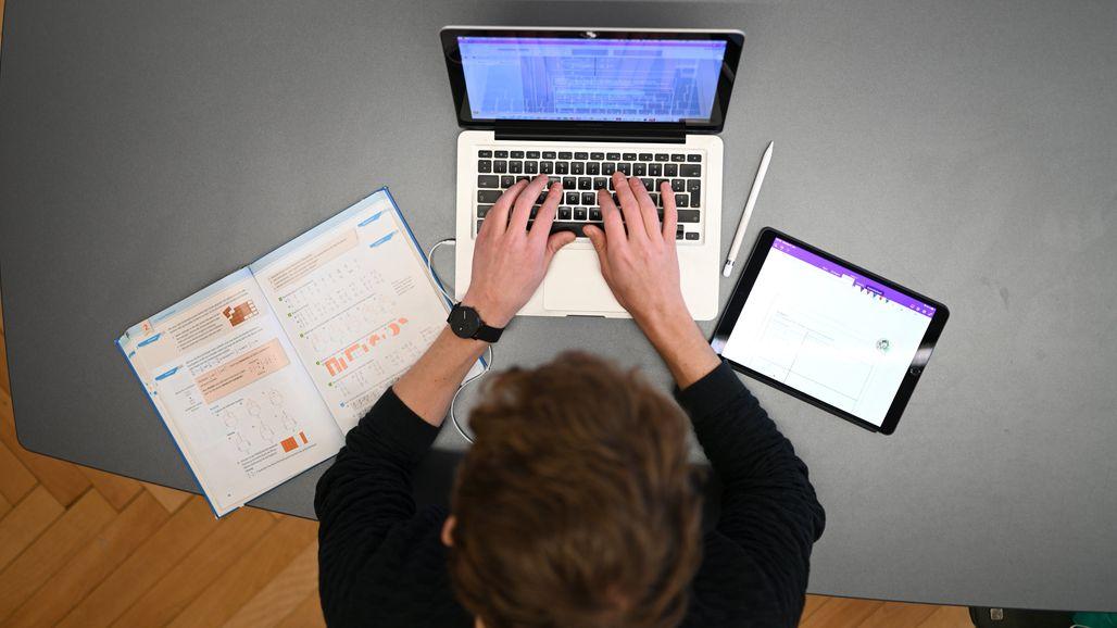 Lehrer mit Laptop