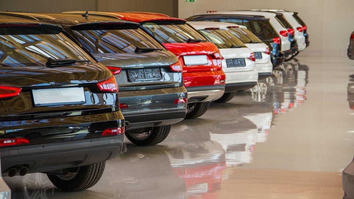 Autos stehen in einer Autohalle und werden zum Verkauf angeboten.