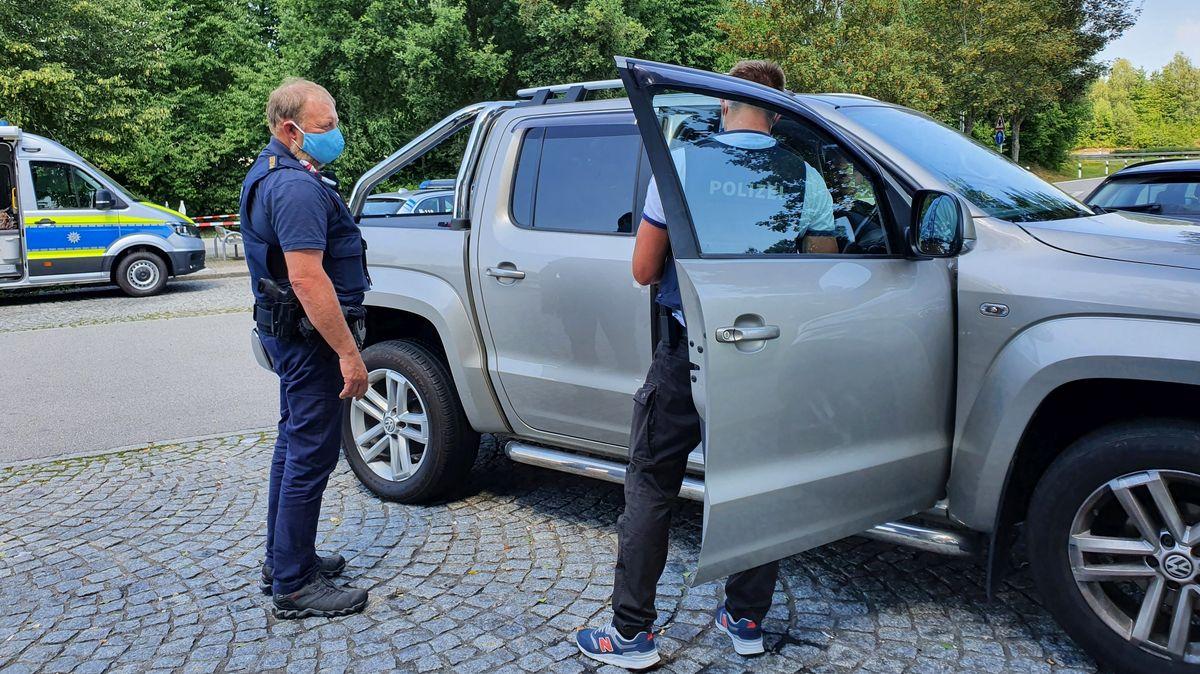 Die Polizei kontrolliert ein Fahrzeug und die Insassen