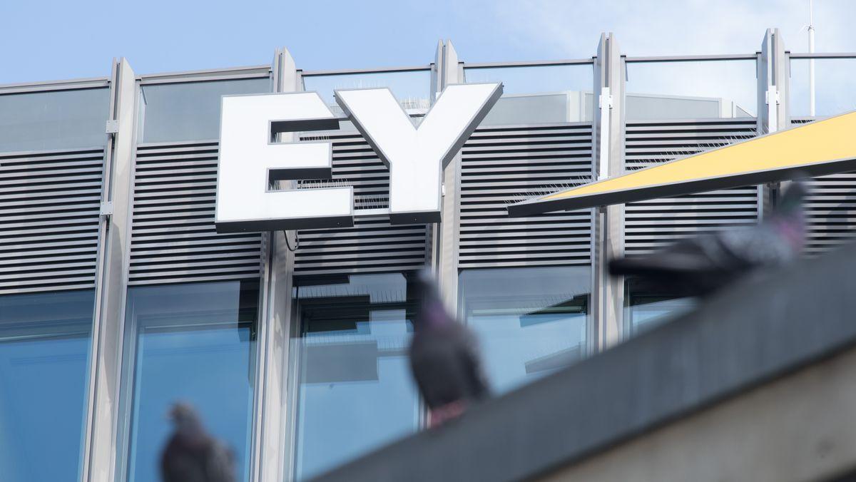 Blick auf das Logo der Unternehmenszentrale der Prüfungsgesellschaft Ernst & Young (EY) an der Friedrichstraße in Berlin