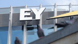 Blick auf das Logo der Unternehmenszentrale der Prüfungsgesellschaft Ernst & Young (EY) an der Friedrichstraße in Berlin | Bild:pa/dpa/Jörg Carstensen