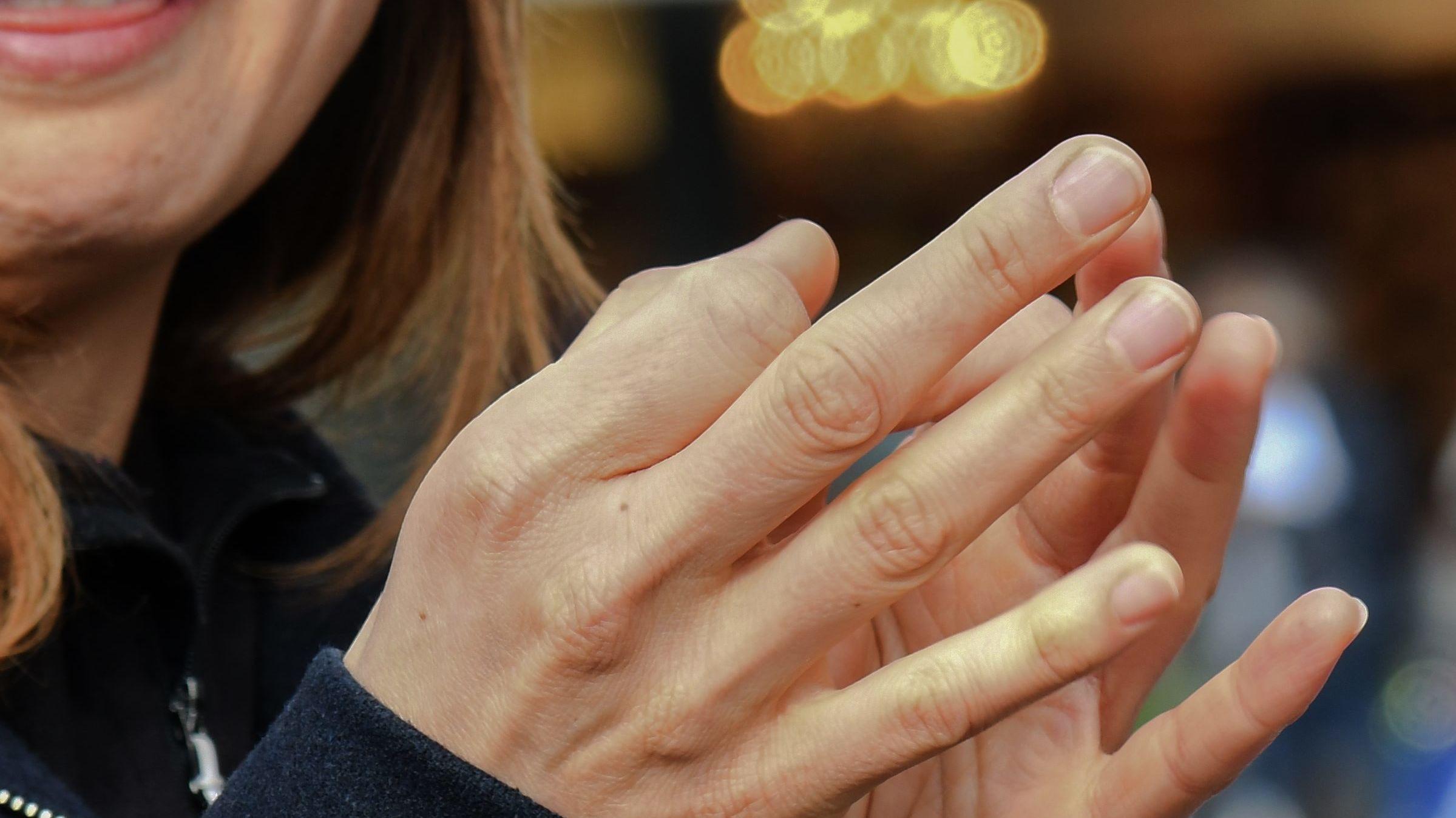 Gebärdendolmetscherin  spricht mit den Händen