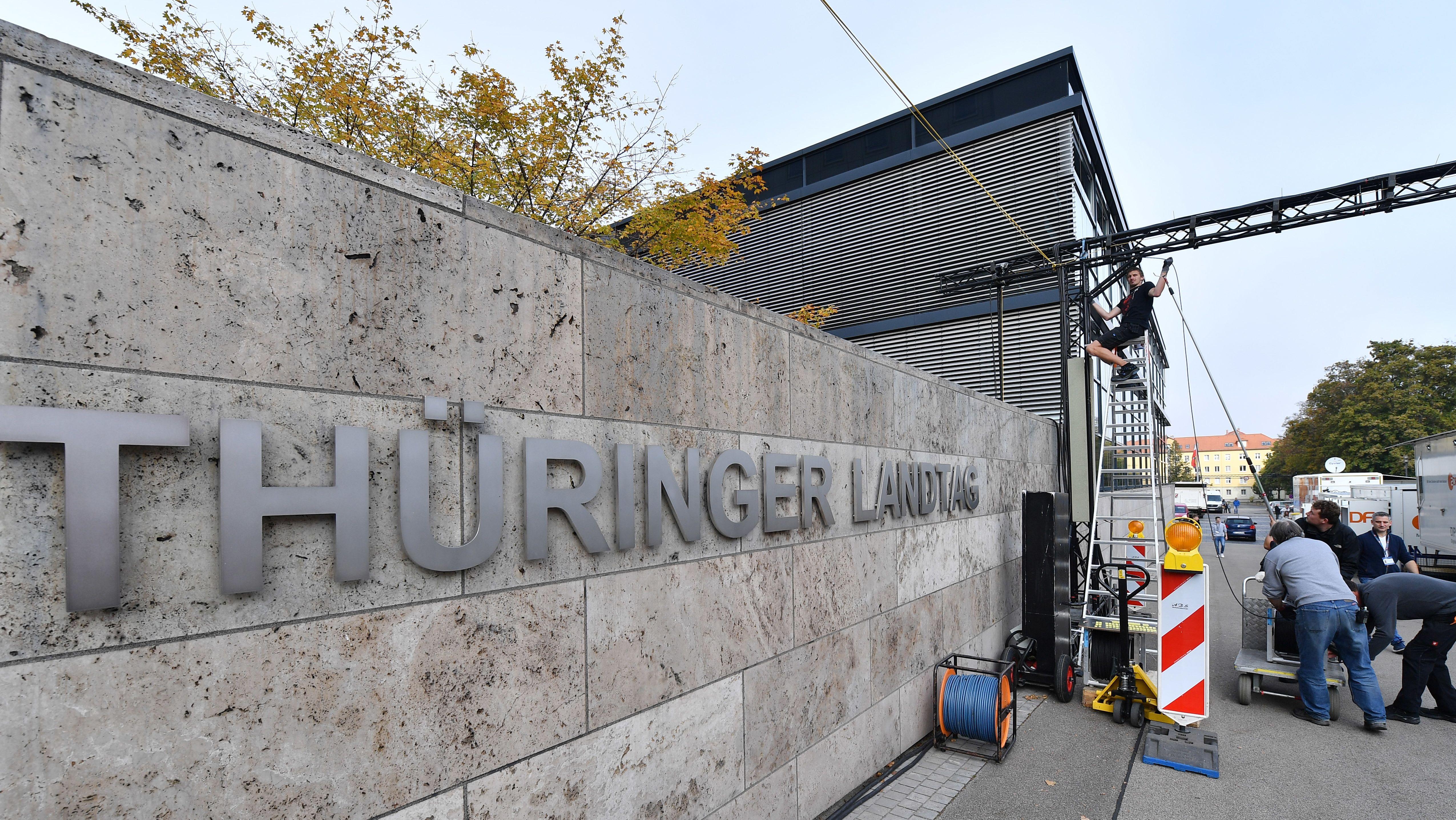 Erfurt: Kabel werden am Thüringer Landtag gezogen. Am 27. Oktober finden im Freistaat die Landtagswahlen statt.
