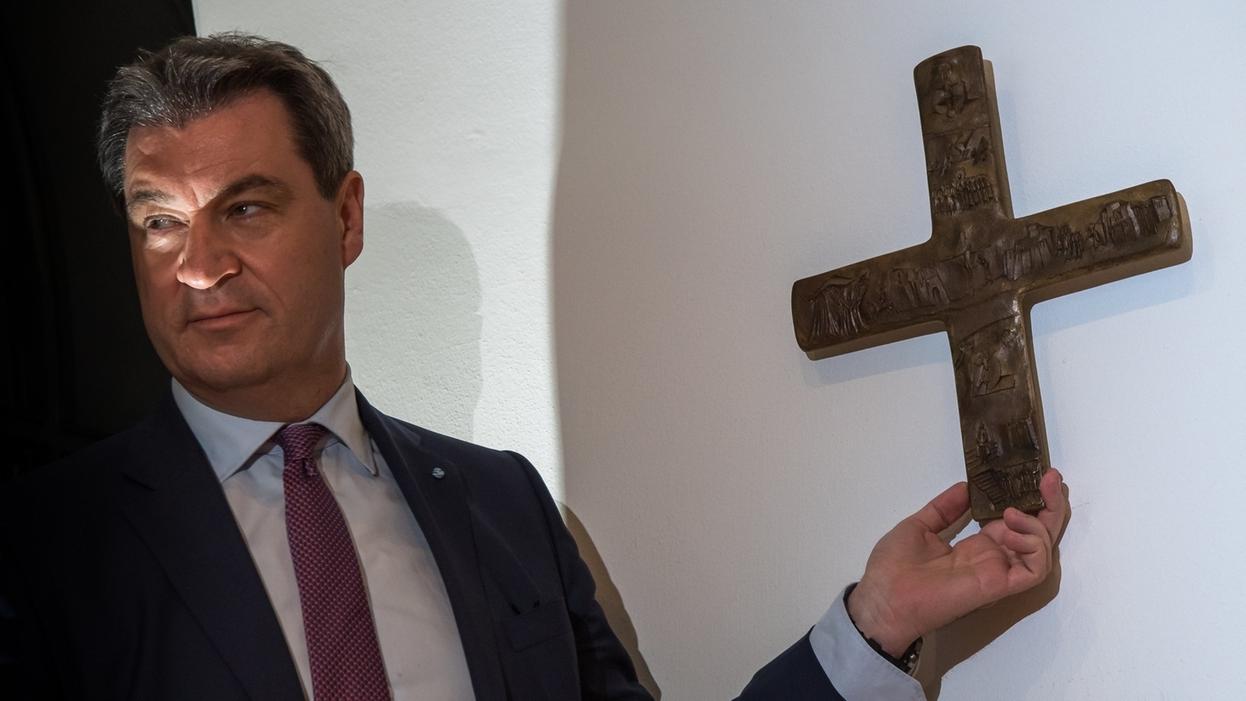MP Söder hängt Kreuz an die Wand