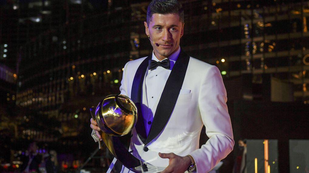 "Robert Lewandowski mit seinem ""Globe Soccer Award"""