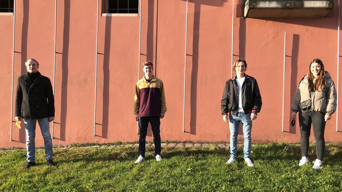 Der Studiengangsleiter und die drei Studierenden an der Universität Passau