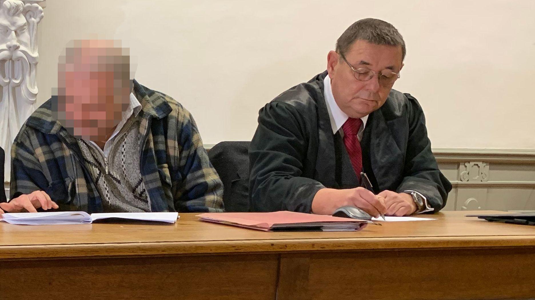 Der Angeklagte und sein Verteidiger im Gerichtssaal.