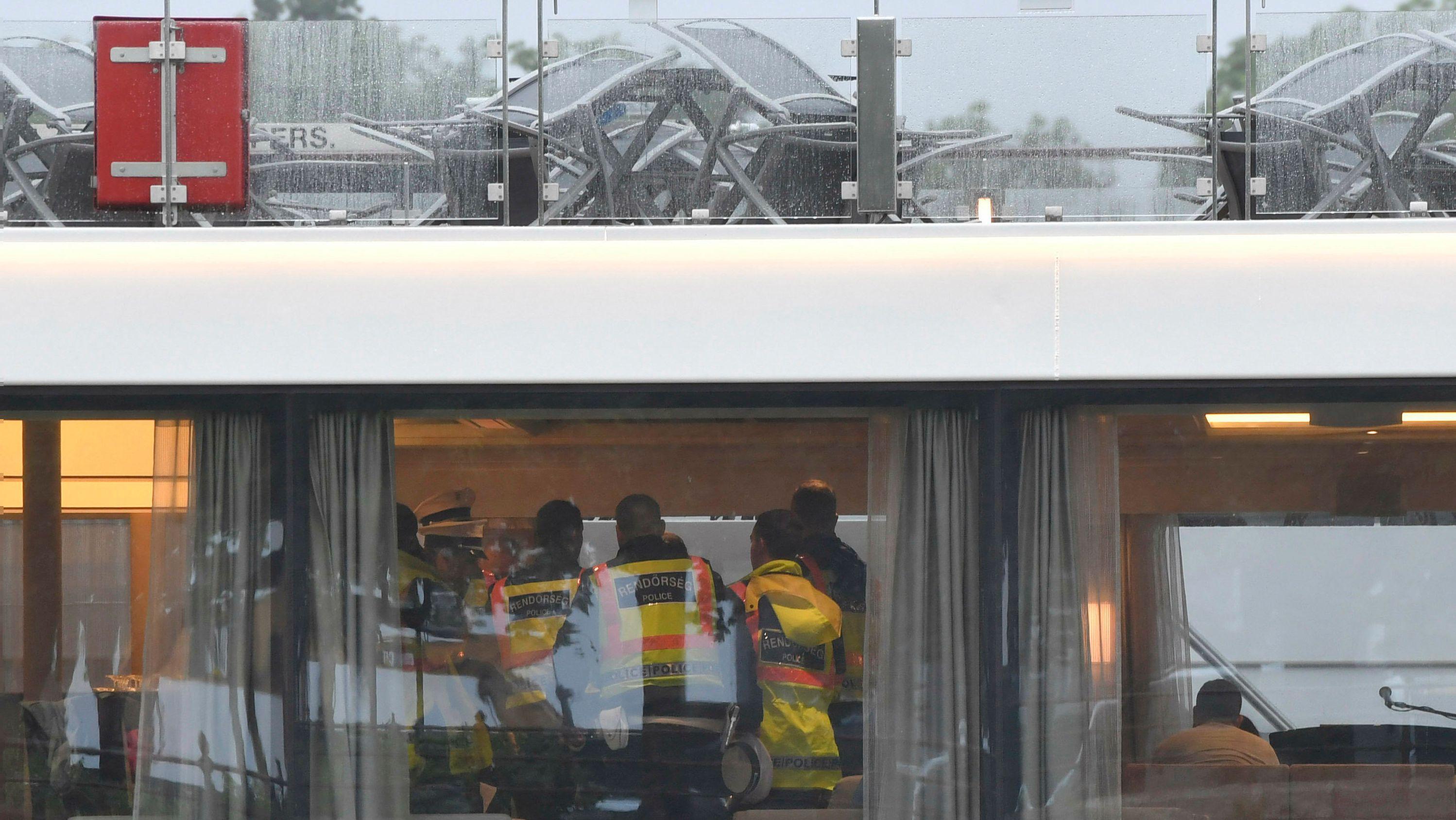 Polizisten an Bord des Viking-Flusskreuzfahrtschiffes auf der Donau in der Innenstadt von Budapest
