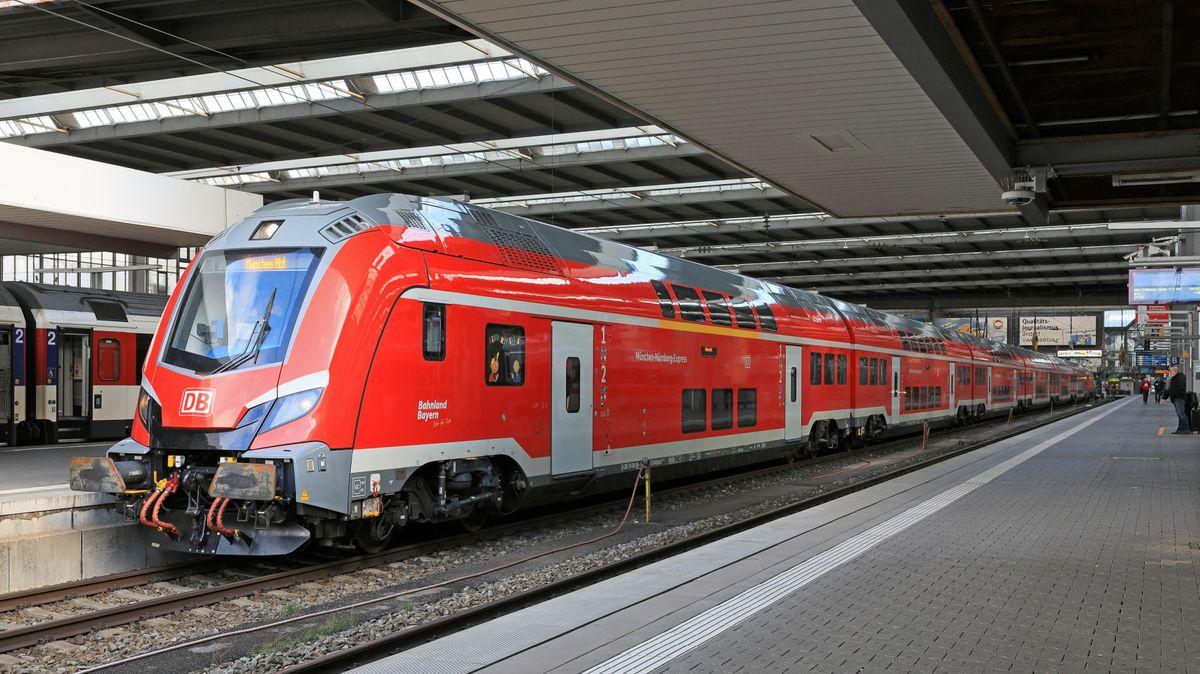 Neue Nahverkehrszüge von Skoda auf der Strecke München-Nürnberg  Nahverkehr auf der NIM - Ellok der Baureihe 102 und Dosto von Skoda (im Bild München Hbf)