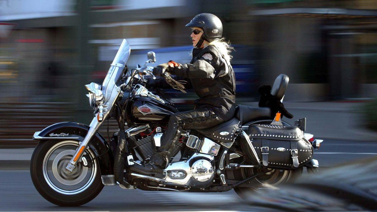 Motorradfahrerin auf Spritztour