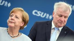 Asylstreit  - Horst Seehofer und Angela Merkel | Bild:dpa-Bildfunk/Matthias Balk