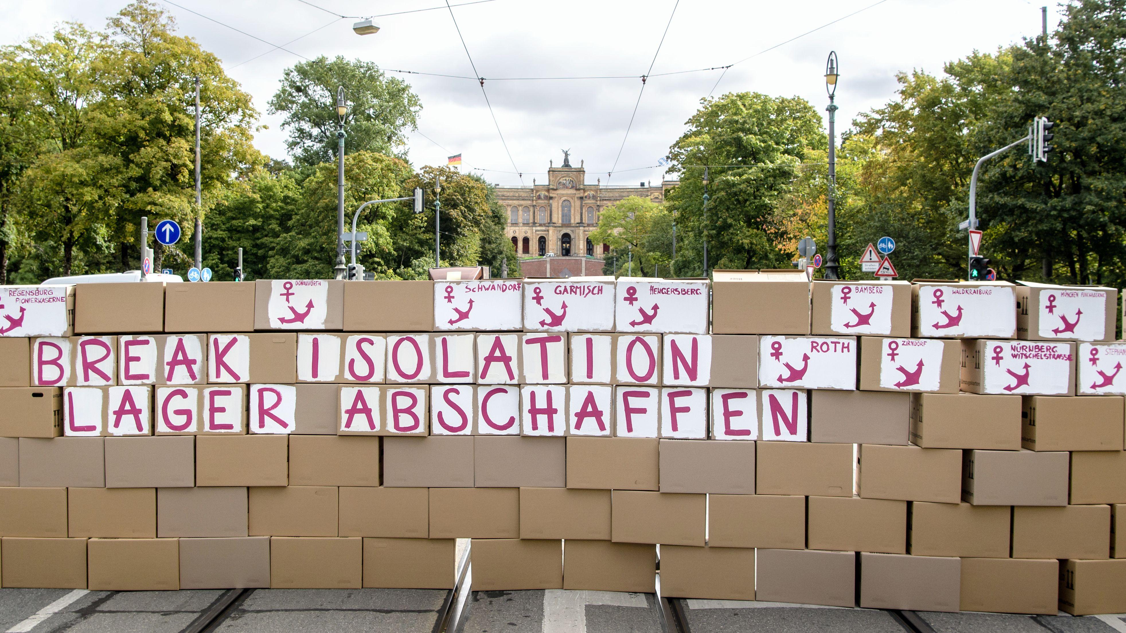 Protestaktion gegen die bayerischen Ankerzentren auf der Straße vor dem Bayerischen Landtag am 26. September 2019