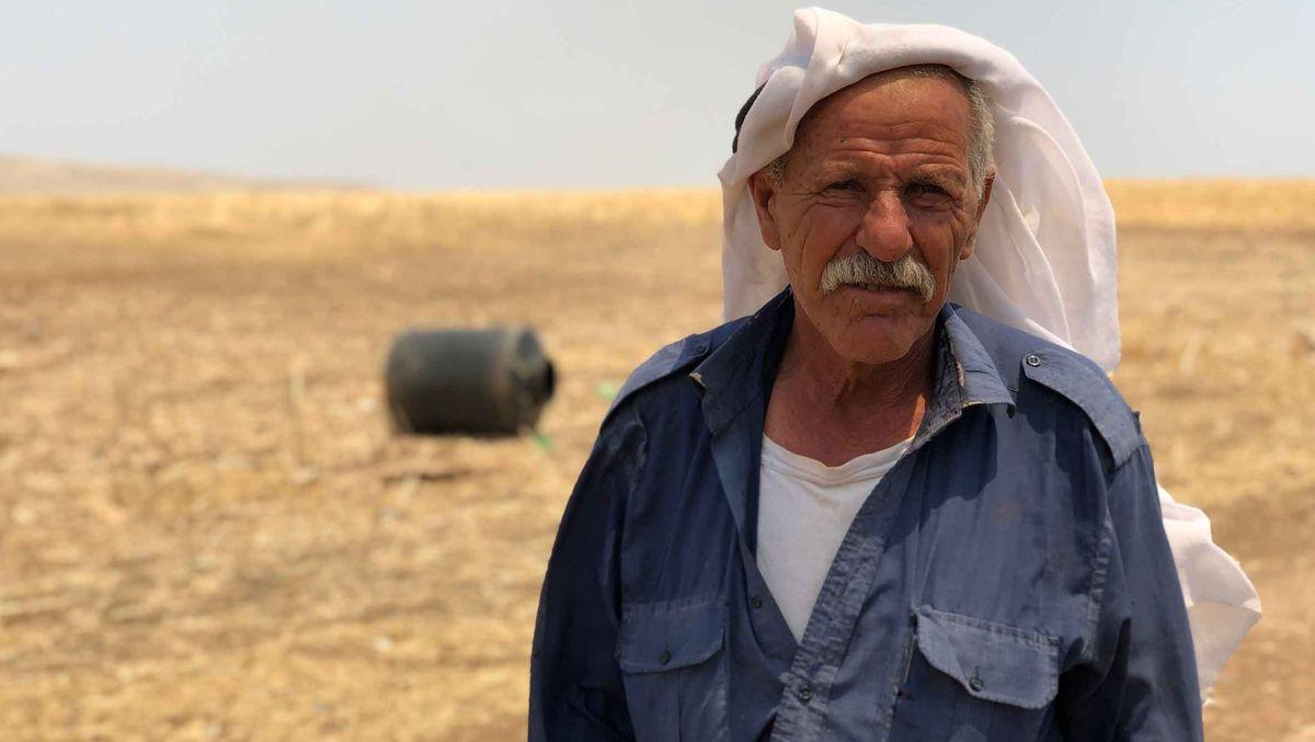 Ali Abu Kbash steht in der kargen Wüstenlandschaft.