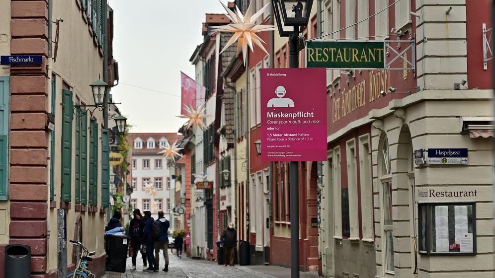 Schild in Heidelberg macht auf Maskenpflicht aufmerksam | Bild:picture alliance/ dpa/ Foto: Daniel Kubirski