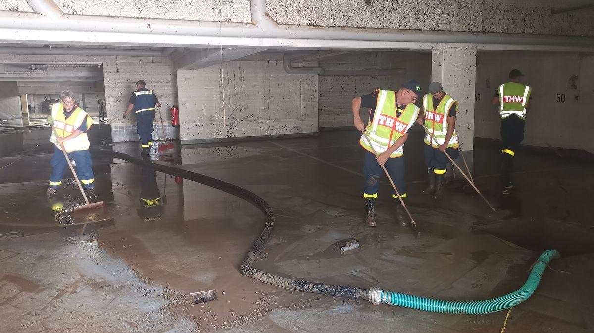 THW-Kräfte aus Lohr am Main bei Aufräumarbeiten nach der Flutkatastrophe.