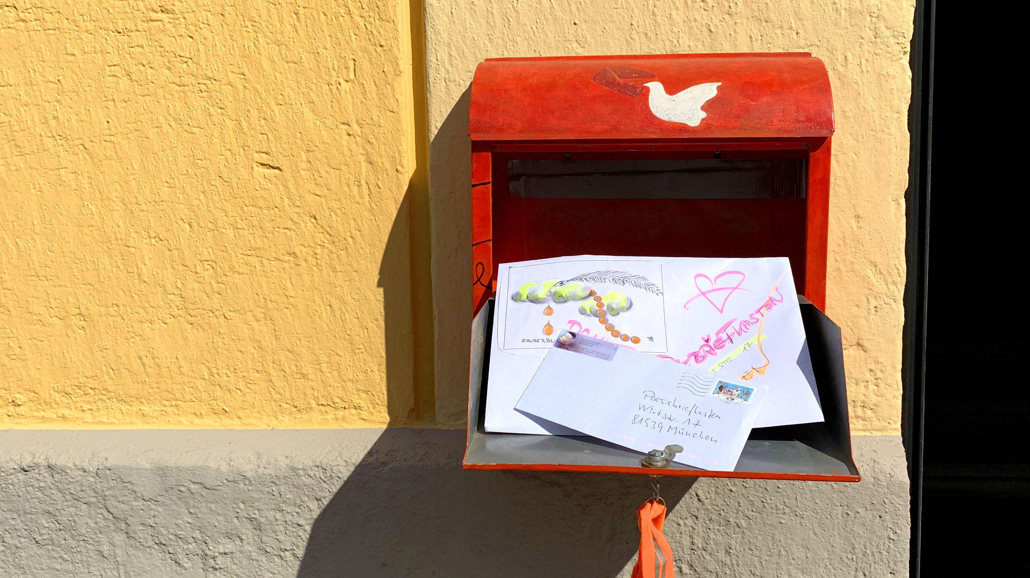 Der Poesiebriefkasten in München-Giesing nimmt Virus-Gedichte entgegen.
