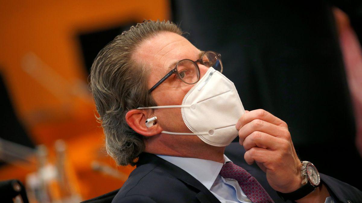 Andreas Scheuer (CSU), Bundesminister für Verkehr und digitale Infrastruktur, rückt seine Maske zurecht.